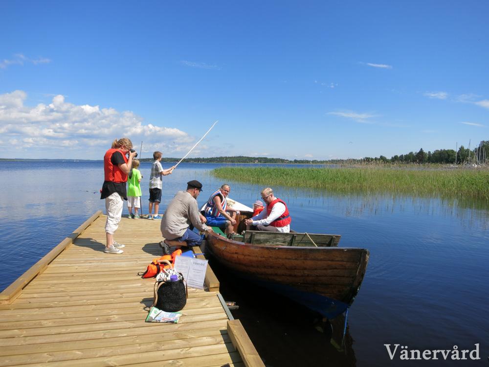 Besökare kliver i snipan för en tur på Hammarösjön