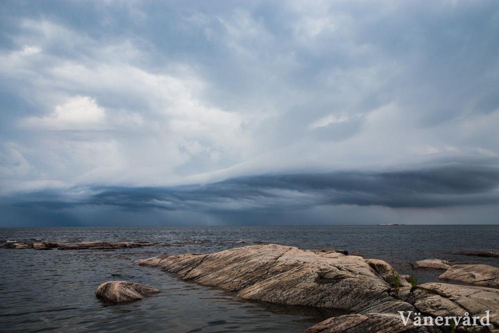 En åskfront rör sig in mot Värmland över Vänern