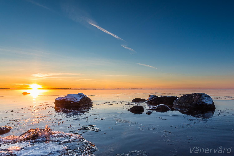 Isen börjar lägga sig på Vänerns grundare vatten.