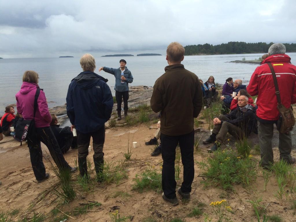 Naturguidning på Arnöns sandstränder, här vid Kvinnholms sand.