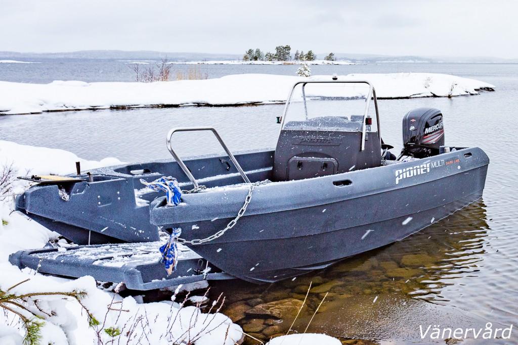 Vänervårds arbetsbåt med fällbar bogport med bredd på 92 cm.