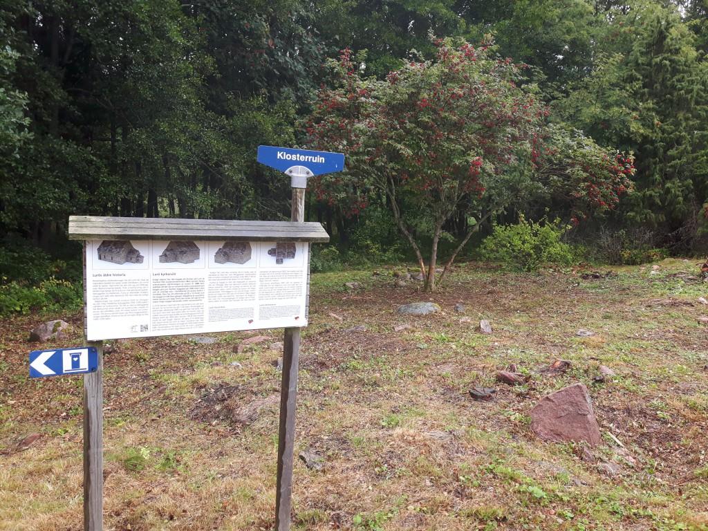 """Vid skylten var det tidigare ett hotande slybuskage som hängde över besökaren. Nypon och gamla enebuskar. Nu finns lite """"rymd"""". Men skylten bör flyttas till en bättre plats."""