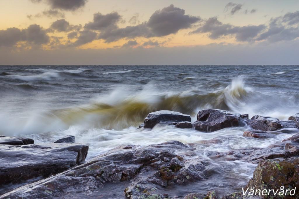 Vågorna kastar sig in mot klipporna vid Baggerud.